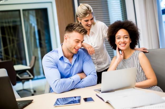 Jovens empresários trabalhando em um escritório moderno Foto Premium