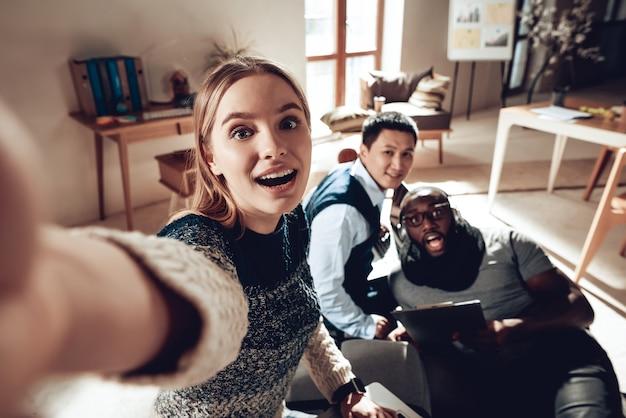 Jovens engraçados tirar foto trabalham no escritório Foto Premium