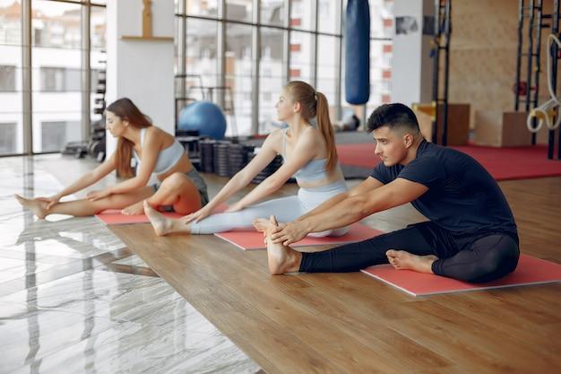 Jovens esportes treinando em uma academia de manhã Foto gratuita