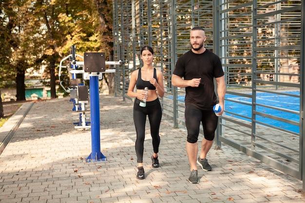 Jovens esportivos andando após o treino Foto gratuita