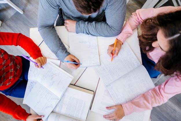 Jovens estudando juntos no desktop Foto gratuita