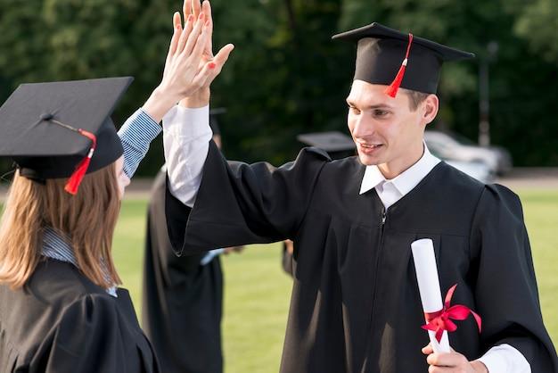 Jovens, estudantes, celebrando, seu, graduação Foto gratuita