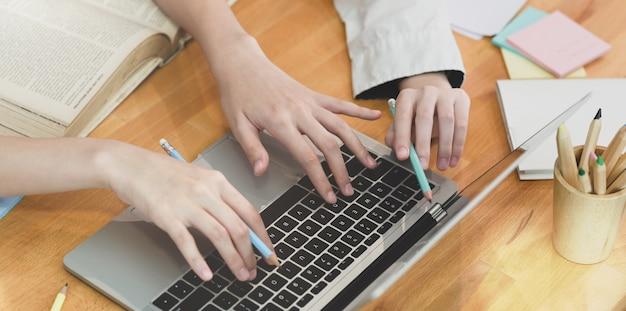 Jovens estudantes de colagem trabalhando em seu projeto Foto Premium