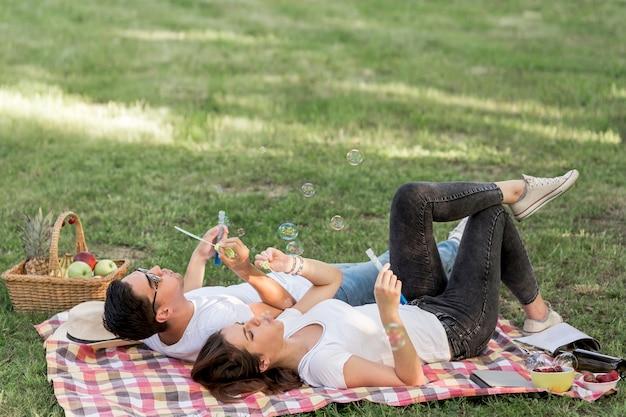 Jovens, fazer, bolhas, enquanto, mentindo, cobertor Foto gratuita