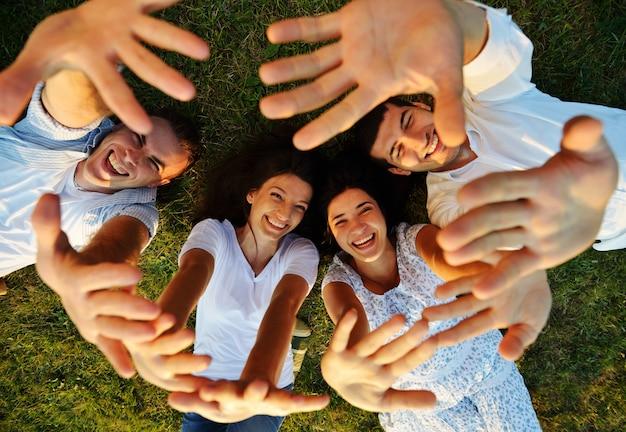 Jovens felizes se divertindo juntos na natureza Foto Premium
