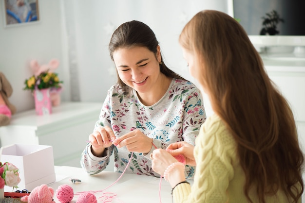 Jovens garotas atraentes em uma aula de tricô Foto Premium