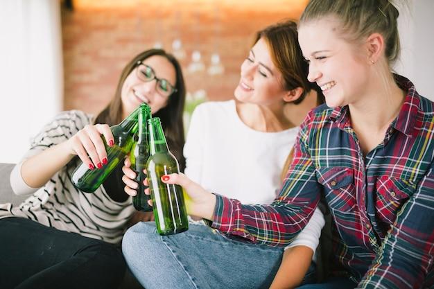 Jovens garotas com garrafas de cerveja Foto gratuita