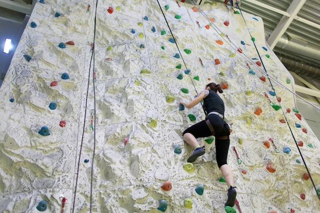 Jovens garotas desportivas praticando escalada. Foto Premium