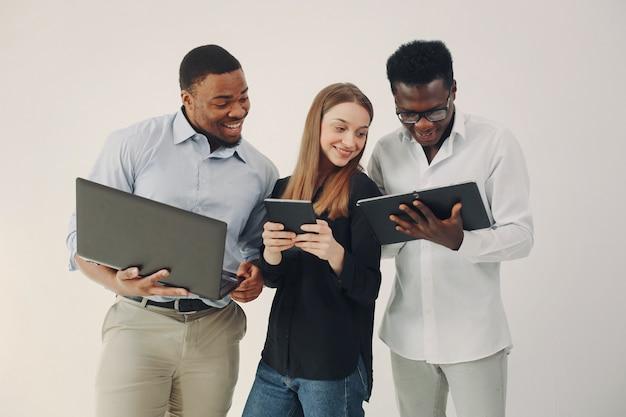 Jovens internacionais trabalhando juntos e usam o laptop Foto gratuita