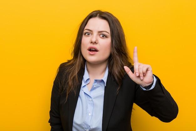 Jovens mais mulher de negócios caucasiano tamanho tendo uma idéia, conceito de inspiração. Foto Premium