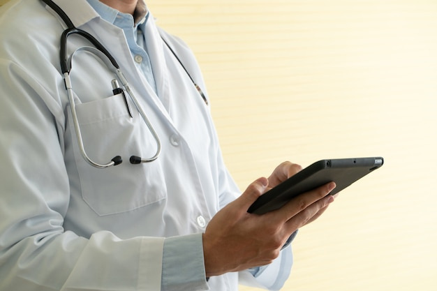 Jovens médicos asiáticos usando tablets para verificar dados e informações para o exame de saúde dos pacientes. Foto Premium