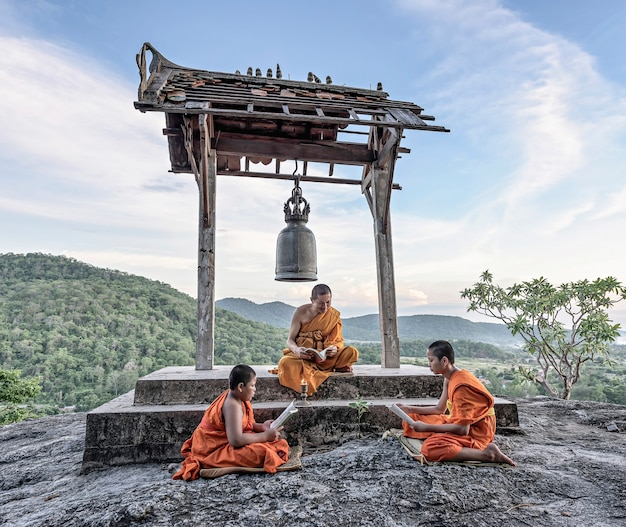 Jovens monges novatos aprendendo Foto Premium