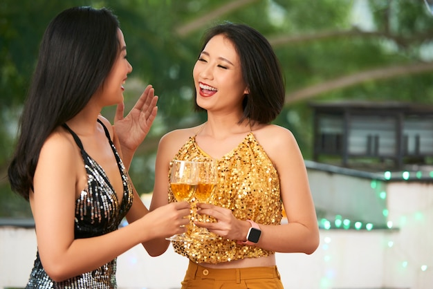 Jovens mulheres alegres na festa Foto gratuita
