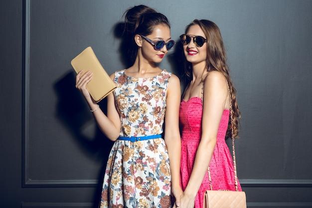 Jovens mulheres bonitas alegres que têm o partido Foto Premium
