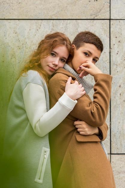 Jovens mulheres bonitos que levantam junto Foto gratuita