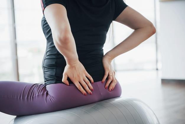 Jovens mulheres grávidas sentado na bola para exercícios no ginásio Foto gratuita