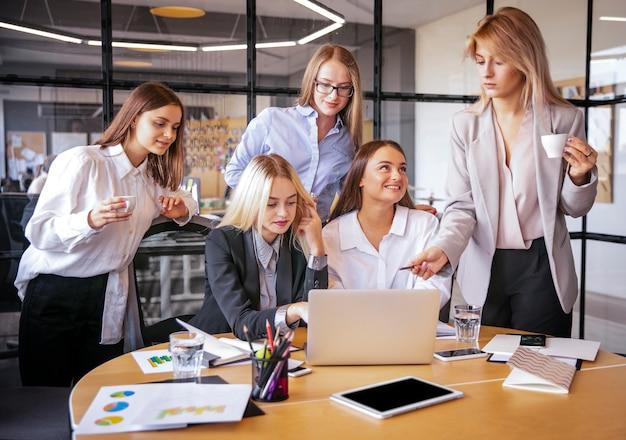 Jovens mulheres no trabalho planejando juntos Foto gratuita