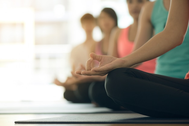 Jovens mulheres yoga dentro de casa fiquem calmas e meditam enquanto praticam ioga para explorar a paz interior. yoga e meditação têm bons benefícios para a saúde. conceito fotográfico para yoga esporte e estilo de vida saudável Foto gratuita