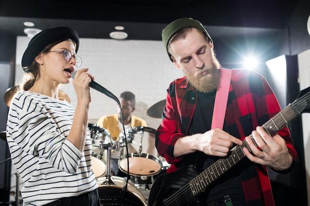 Jovens músicos tocando Foto Premium