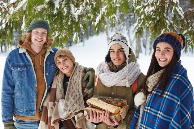 Jovens na floresta de inverno Foto gratuita