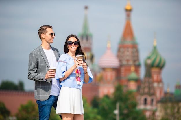 Jovens namorando casal apaixonado andando na cidade st basils church Foto Premium