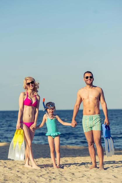 Jovens pais e sua filha pequena em óculos de sol. Foto Premium