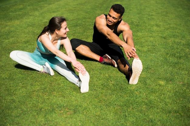Jovens praticando esporte ao ar livre Foto gratuita