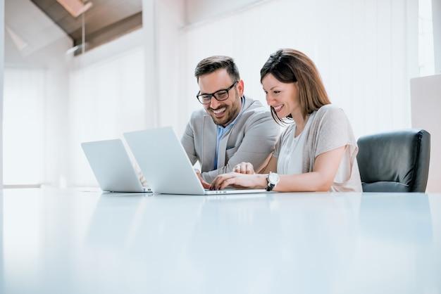 Jovens profissionais na frente de um computador Foto Premium