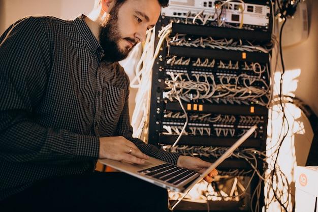 Jovens que homem de serviço que repara o computador Foto gratuita