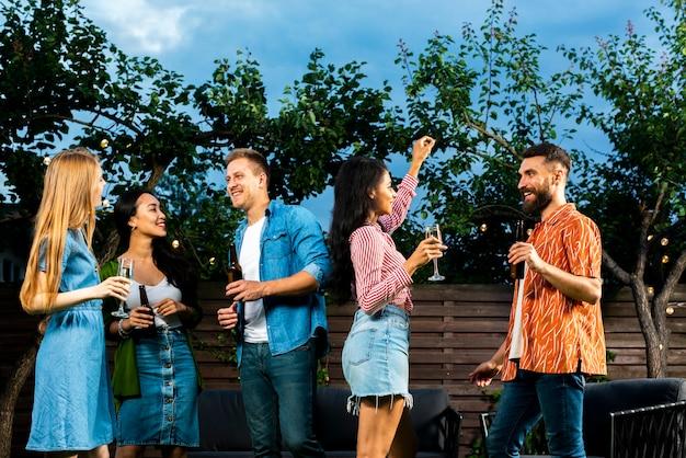 Jovens que têm um bom tempo ao ar livre Foto gratuita
