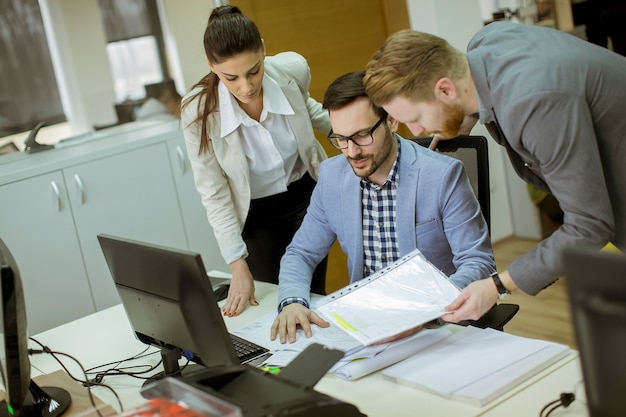 Jovens que trabalham no escritório Foto Premium