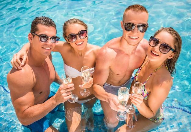 Jovens se divertindo na piscina. Foto Premium