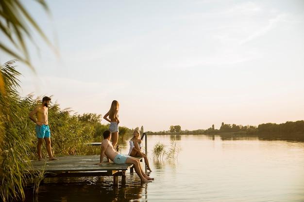 Jovens se divertindo no lago num dia de verão Foto Premium