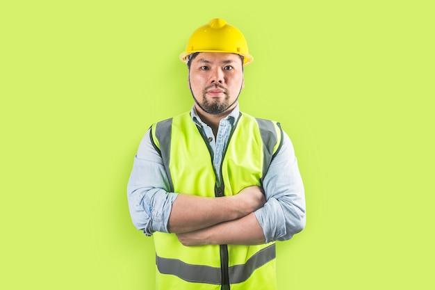 Jovens trabalhadores da construção civil em capacetes Foto Premium
