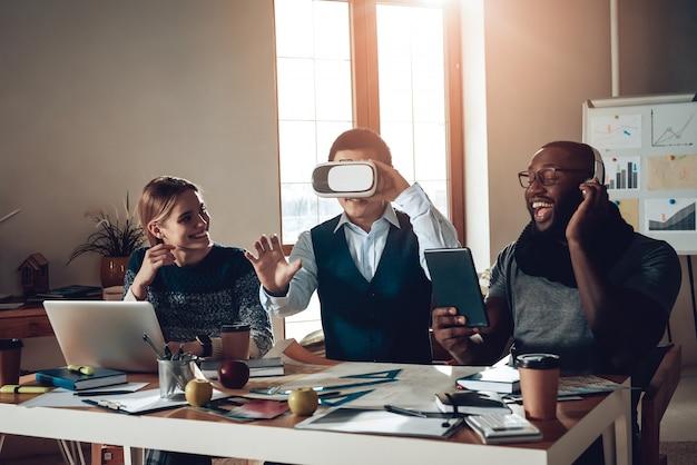 Jovens trabalhadores não profissionais se divertem na mesa. Foto Premium