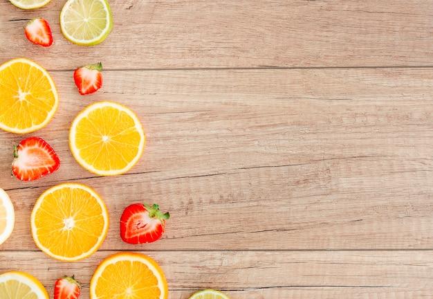 Juicy berry e frutas cítricas fatias na mesa Foto gratuita