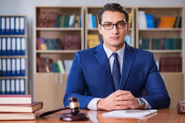 Juiz bonito com martelo sentado na sala de audiências Foto Premium