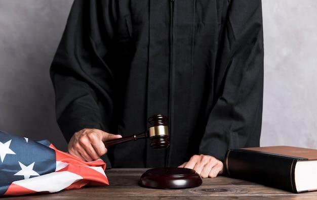 Juiz de close-up, golpeando o martelo Foto gratuita