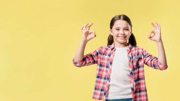 Junior levantando as mãos com sinal de tudo bem Foto gratuita