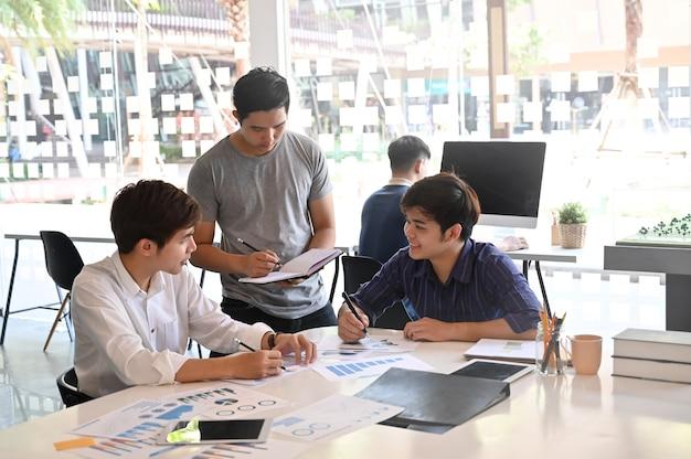 Juntos, projeto de inicialização com um grupo de jovens de brainstorming em papel e tablet. Foto Premium