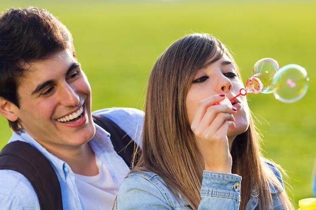 Juntos romântico jardim sorriso brincalhão Foto gratuita
