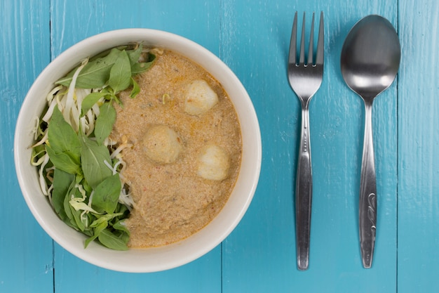 Kanom jeen nam ya: macarrão de arroz em molho de caril de peixe (cozinha tailandesa tradicional). Foto Premium