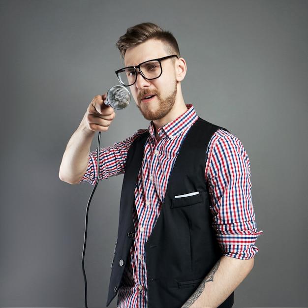Karaoke homem canta a música ao microfone, cantor Foto Premium