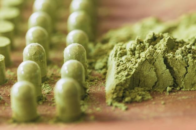 Kariyat ervas medicinais pó verde ervas embalagem em cápsulas com ferramenta de processo tradicional Foto Premium