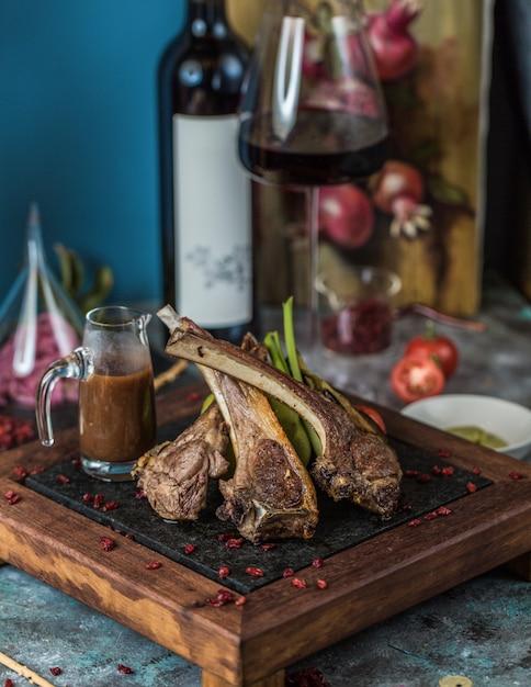 Kebab de cordeiro com molho teriyaki e vinho. Foto gratuita