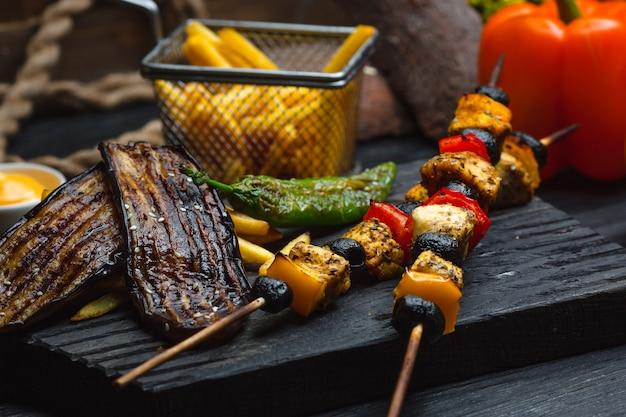 Kebab de frango com batatas fritas e legumes Foto gratuita
