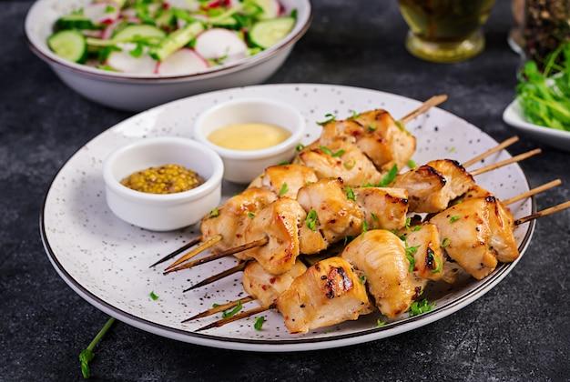Kebab de frango grelhado e salada com pepino, rabanete, cebola Foto Premium