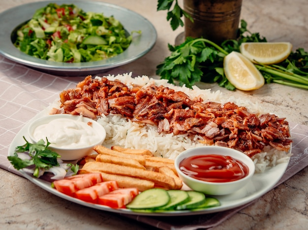 Kebab de iskender com arroz e legumes Foto gratuita