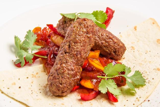 Kebab e legumes em molho Foto gratuita