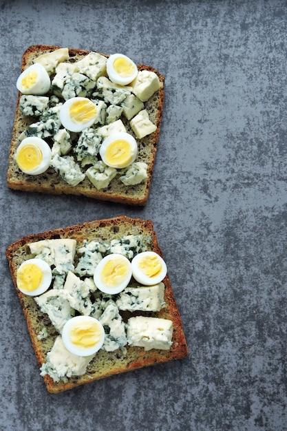 Keto dieta. torradas com queijo azul e ovos de codorna. torradas de ceto. lanche saudável. Foto Premium